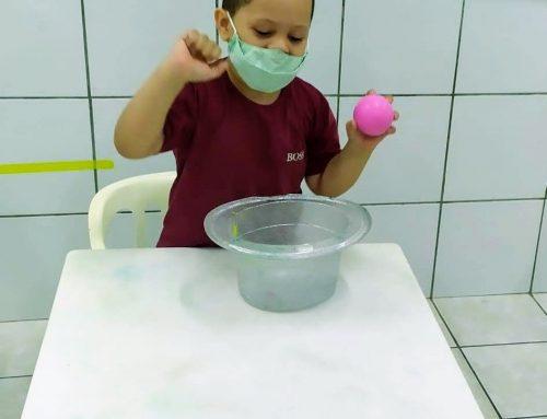 Atividade – Acertando a bolinha no copo com a turma do infantil III B